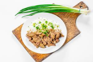 Braised chicken liver with hearts and boiled rice with fresh onion and parsley (Flip 2019)