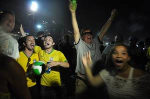 Brasilianische Fans feiern auf der Copacabana in Rio de Janeiro