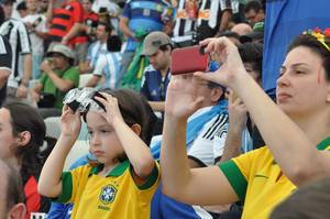 Brasilien-Fan mit Fernglasbrille