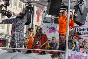 Brassband Quearbeat beim Rosenmontagszug - Kölner Karneval 2018