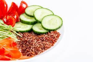 Brauner Reis mit Gemüse und Mikrogrün