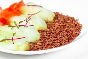 Brauner Reis mit Pak Choi auf einem weißen Teller
