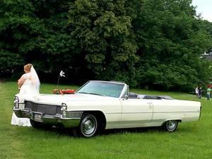 Braut vor Cadillac Oldtimer