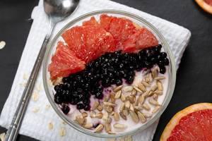 Breakfast oatmeal with yogurt, grapefruit, black elderberry and sunflower seeds (Flip 2019)