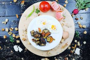 Breakfast with fried eggs and grilled vegetables (Flip 2019)
