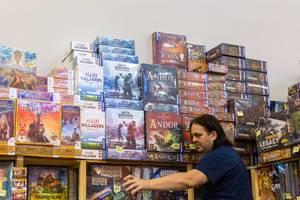 Brettspiele gestapelt zum Verkauf auf dem Spiel Messe in Essen