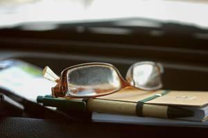Brille und Notizbuch