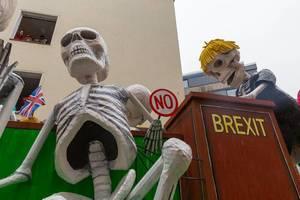 Britischer Premierminister Boris Johnson als Skelett im Unterhaus des Parlaments: Persiflagewagen zum Thema Brexit beim Rosenmontagsumzug in Köln 2020