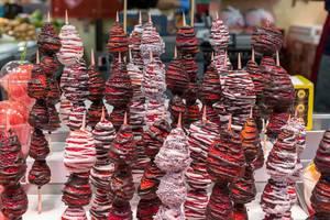 Brochetas - Erdbeerspieße mit Schokoladenüberzug als kreatives Fingerfood in der Markthalle Mercat de la Boqueria an den Ramblas in Barcelona, Spanien