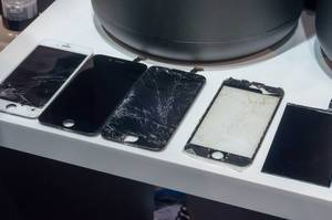 Broken iPhone displays at IFA Berlin 2018