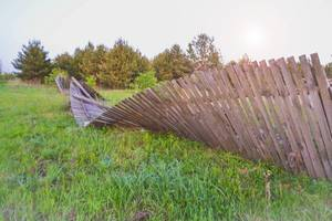 Broken wooden fence in rural setting / Unterbrochene Holzzaun