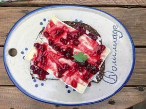 Brot mit Camembert und Cranberries