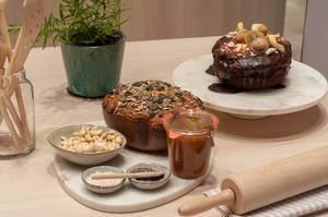 Brot mit Kürbiskernen und Sonnenblumenkernen, Cashewnüssen, Marmelade und Schokoladenkuchen mit Trockenfrüchten