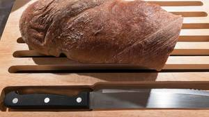 Brotlaib und Messer auf einem Schneidebrett