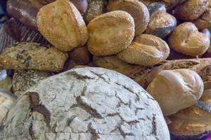 Brotlaib und viele unterschiedliche Brötchen