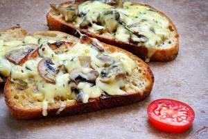 Bruschetta mit Käse und Pilzen