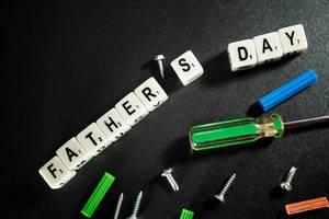 Buchstaben-Würfel erinnern, dass der Vatertag näher rückt