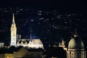 Budapester Architektur: Nachtansicht von beleuchteten Kirchen in Ungarn