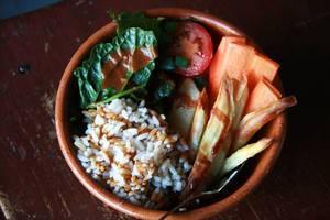 Buddha-Bowl mit Reis, Tomate, Mangold und Karotte