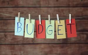 Budget Text farbig mit Klammern an Leine befestigt