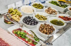 Büfett mit Oliven und eingelegtem Gemüse