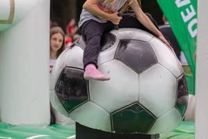 Bullenreiten auf einem großen Fussball