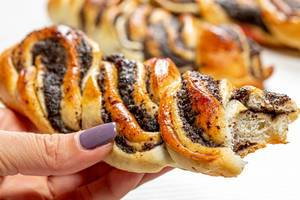 Bun with poppy seeds in a woman