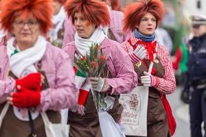 Bunt gekleidete Mitglieder der KKG Fidele Zunftbrüder beim Rosenmontagszug - Kölner Karneval 2018