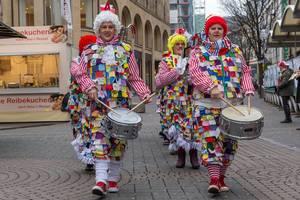 Bunt gekleidete Schlagzeuger sorgen für reichlich Lärm - Kölner Karneval 2018