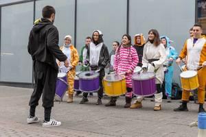 Bunt gekleidete Trommler - Kölner Karneval 2018