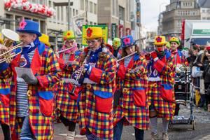 Bunt gekleidete Truppe des Blasorchesters M.C. Kapelle Köln - Kölner Karneval 2018