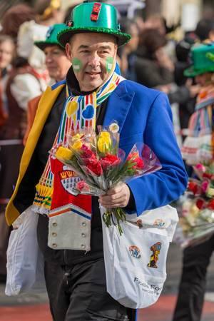 Bunt gekleideter Mann mit Rosen in seiner Hand - Kölner Karneval 2018