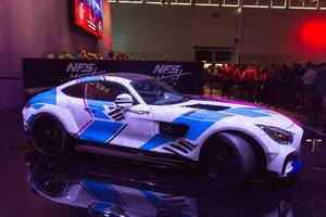 Bunt-lackierter Mercedes Prior aus dem Autorennspiel Need For Speed Heat, auf der Gamescom 2019
