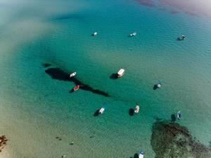 Bunte anlegende Boote aus der Vogelperspektive