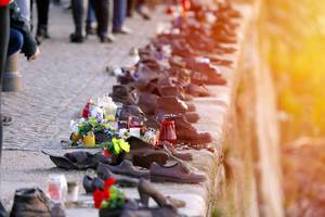 Bunte Blumen in metallenen Schuhen am Donauufer als Holocaust-Mahnmal in Budapest, Ungarn