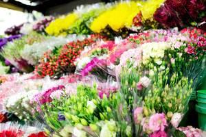 Bunte Blumensträuße bei einem Blumenverkäufer