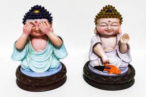 Bunte Buddha-Figuren, isoliert auf weißer Fläche