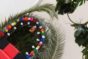 Bunte Dekoration mit Palmenblättern auf Madeira