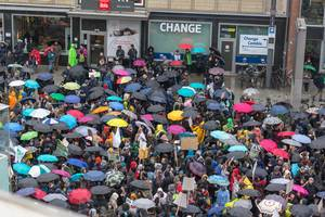Bunte Demonstrierenden im Regen auf Fridays For Future Köln