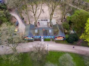 Bunte Kindertagesstätte im Park