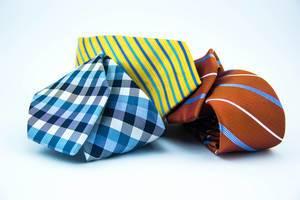 Bunte Krawatten auf weißem Hintergrund