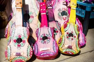 Bunte, kunstvoll gefertigte Spielzeug-Gitarren