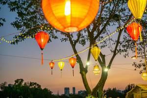 Bunte Lampions über der Flower Street nahe des Crescent Lake in Ho Chi Minh City, Vietnam