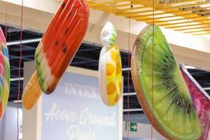 Bunte Luftmatratzen in Form von Stieleis und Obst