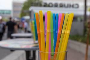 Bunte Plastikstrohhalme in verschiedenen Farben