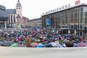 Bunte Regenschirmenkavalkade auf Fridays For Future vor dem Kölner Hauptbahnhof