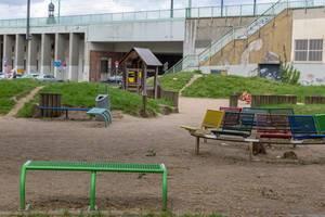 Bunte Sitzbänke am Spielplatz