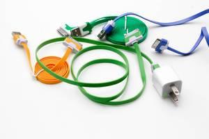 Bunte Smartphone-Ladekabel und Ladegerät