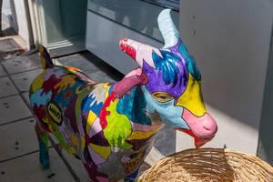 Bunte Statue einer Ziege vor einem Geschäft