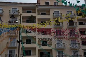 Bunte Straßendekoration auf Madeira